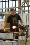 KARLOVY VARY, REPUBBLICA CECA - 14 SETTEMBRE 2014: I ventilatori di vetro dimostrano il loro mestiere, un'attrazione turistica po Fotografie Stock Libere da Diritti