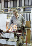KARLOVY VARY, REPUBBLICA CECA - 14 SETTEMBRE 2014: I ventilatori di vetro dimostrano il loro mestiere, un'attrazione turistica po Immagini Stock Libere da Diritti