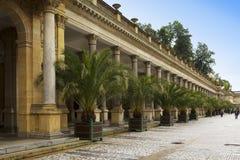 KARLOVY VARY, REPUBBLICA CECA - 14 SETTEMBRE 2014: Passeggiata turistica avanti della colonnato del mulino, una il storicamente d Immagini Stock