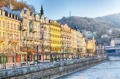 Karlovy Vary, Tschechische Republik - April 2018: Häuser im Stadtzentrum von Karlovy Vary auf dem Tepla-Fluss Karlovy Vary Karlsb stockbild