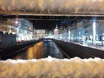 Karlovy Vary, Tschechische Republik - 12. Dezember 2017, eine Abendstadt im Schnee Viele Feiertagsverzierungen und -geschenke Eur Lizenzfreie Stockfotografie