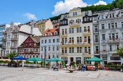 Karlovy Vary, Tschechische Republik - 20. Juni 2012 - Haus auf der Hauptstraße in der Stadt von Karlovy Vary stockfotografie