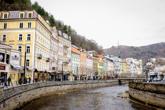 KARLOVY VARY, TSCHECHISCHE REPUBLIK - 12. MÄRZ 2017: Eine schöne Ansicht der Flussuferarchitektur von Karlovy Vary Lizenzfreies Stockfoto