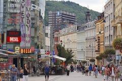 Karlovy Vary, Tschechische Republik - Weltbadekurort - Mitte der Geschäft Stadt Stockfotos