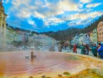 Karlovy Zmienia, Cszech republika - Styczeń 01, 2018: Fontanna z gorącymi wiosnami Zdjęcie Royalty Free