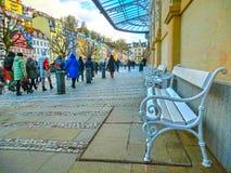 Karlovy Zmienia, Cszech republika - Styczeń 01, 2018: Ludzie iść przy centrum z fasadami starzy domy Obraz Stock