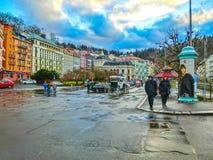 Karlovy Zmienia, Cszech republika - Styczeń 01, 2018: Ludzie iść przy centrum z fasadami starzy domy Zdjęcie Stock