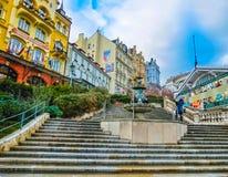 Karlovy Zmienia, Cszech republika - Styczeń 01, 2018: Ludzie iść przy centrum z fasadami starzy domy Obrazy Royalty Free