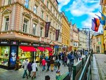 Karlovy Zmienia, Cszech republika - Styczeń 01, 2018: Ludzie iść przy centrum z fasadami starzy domy Obrazy Stock