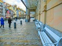 Karlovy Zmienia, Cszech republika - Styczeń 01, 2018: Ludzie iść przy centrum z fasadami starzy domy Zdjęcia Royalty Free