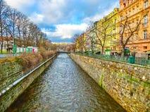Karlovy Zmienia, Cszech republika - Styczeń 01, 2018: Bulwar Tepla rzeka w centrum Zdjęcia Royalty Free