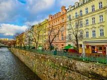Karlovy Zmienia, Cszech republika - Styczeń 01, 2018: Bulwar Tepla rzeka w centrum Obraz Stock