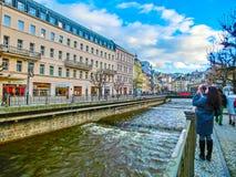 Karlovy Zmienia, Cszech republika - Styczeń 01, 2018: Bulwar Tepla rzeka w centrum Obrazy Royalty Free