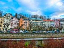 Karlovy Zmienia, Cszech republika - Styczeń 01, 2018: Bulwar Tepla rzeka w centrum Zdjęcia Stock