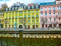 Karlovy Zmienia, Cszech republika - Styczeń 01, 2018: Bulwar Tepla rzeka w centrum Zdjęcie Royalty Free