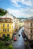 Karlovy Zmienia, republika czech - Wrzesień 13, 2013: Ulicy miasto obraz stock