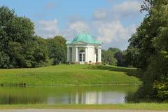 Karlsaue公园-在天鹅群岛上的半球形的寺庙 库存图片