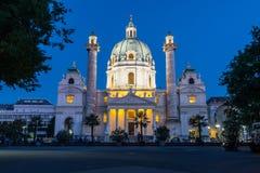 Karlskirche i Wien på natten arkivbilder