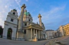 Karlskirche oder St- Charleskirche außen bei Sonnenaufgang in Wien Lizenzfreies Stockfoto