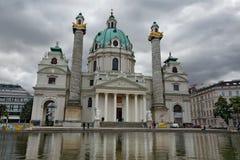 Karlskirche ( St Charles ' s Church) på en molnig dag i Wien Österrike Fotografering för Bildbyråer
