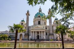 Karlskirche, uma igreja barroco famosa de Viena, Áustria imagens de stock