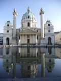 Karlskirche w Wiedeń odzwierciedlał w fontannie obrazy stock