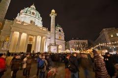 Karlskirche-Weihnachtsmarkt in Wien stockfotos