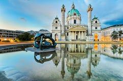 Karlskirche in Wenen, Oostenrijk bij zonsopgang stock foto's