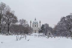 Karlskirche Wien i vintern arkivfoton
