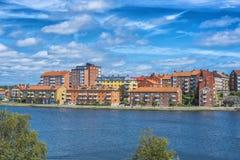 KARLSKRONA, ZWEDEN - 2017 Juli Typische rode Zweedse blokhuizen met natiaonalvlag in de stad van Karlskrona Stock Fotografie