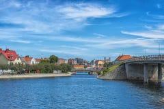 KARLSKRONA, ZWEDEN - 2017 Juli Typische rode Zweedse blokhuizen met natiaonalvlag in de stad van Karlskrona Royalty-vrije Stock Fotografie