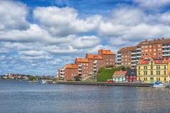 KARLSKRONA, ZWEDEN - 2017 Juli Typische rode Zweedse blokhuizen met natiaonalvlag in de stad van Karlskrona Stock Afbeeldingen