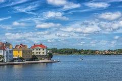 KARLSKRONA, ZWEDEN - 2017 Juli Typische rode Zweedse blokhuizen met natiaonalvlag in de stad van Karlskrona Stock Afbeelding