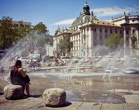 Karlsplatz-Stachus, la fontana di estate Immagini Stock Libere da Diritti