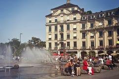 Karlsplatz-Stachus y la fuente en verano Imagen de archivo