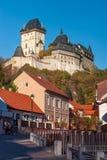 Karlstein城堡在村庄Karlstein cesky捷克krumlov中世纪老共和国城镇视图 免版税库存图片