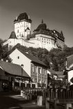 Karlstein城堡在村庄Karlstein cesky捷克krumlov中世纪老共和国城镇视图 免版税图库摄影