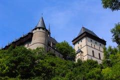 Karlstein slott i mitt av träna Fotografering för Bildbyråer