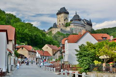 Karlstejn城堡和镇 cesky捷克krumlov中世纪老共和国城镇视图 免版税库存照片