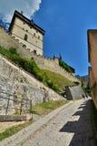 Karlstejn城堡 cesky捷克krumlov中世纪老共和国城镇视图 免版税库存图片