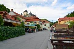 Karlstejn从镇的城堡视图 cesky捷克krumlov中世纪老共和国城镇视图 图库摄影