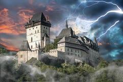 在风暴的被困扰的城堡Karlstejn 免版税库存图片