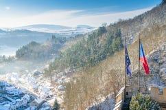Karlstejn-Dorf von der Spitze von Karlstejn-Schloss Stockfotos