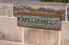 Karluv a maioria de placa de nome de Charles Bridge Foto de Stock Royalty Free