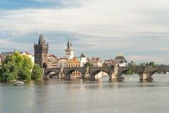 Karluv più dalla riva del fiume di Moldava, repubblica Ceca Fotografia Stock Libera da Diritti