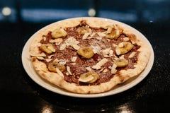 Karmelizujący banan z Hazelnut rozciągniętą pizzą Składniki są pizzy ciastem, Pokrojonym rozszerzaniem się, banana i Hazelnut S?o zdjęcie stock