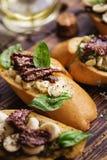 Karmelizujący bonkreta nieociosany kulebiak na drewnianym tle, odgórny widok obraz stock