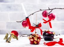 Karmelizujący cukierku jabłko zdjęcia royalty free