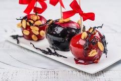 Karmelizujący cukierku jabłko obrazy royalty free