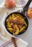 Karmelizujący jabłka w niecce obraz stock